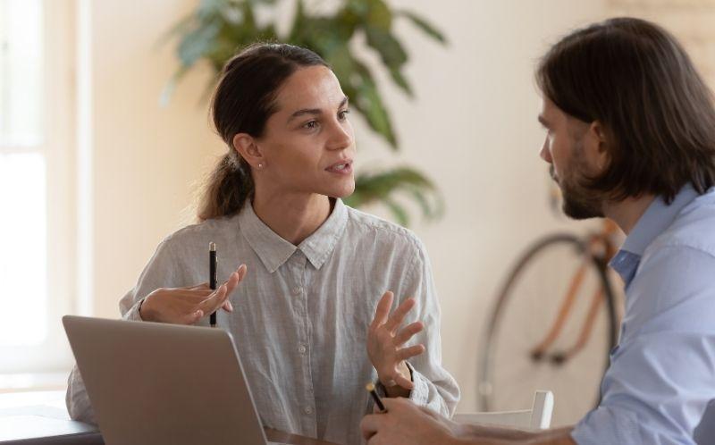 Chica hablando con un chico en una sesión de coaching
